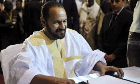 Sidi Brahim Ould Sidati of the Coordination of Movements for Azawad signs a peace agreement in Bamako, Mali, June 20, 2015. An alliance of Tuareg-led rebels and the Malian government signed a peace deal on Saturday meant to draw a line under a 2012 uprising and allow the authorities to focus on tackling Islamist militants in the desert north. REUTERS/Stringer